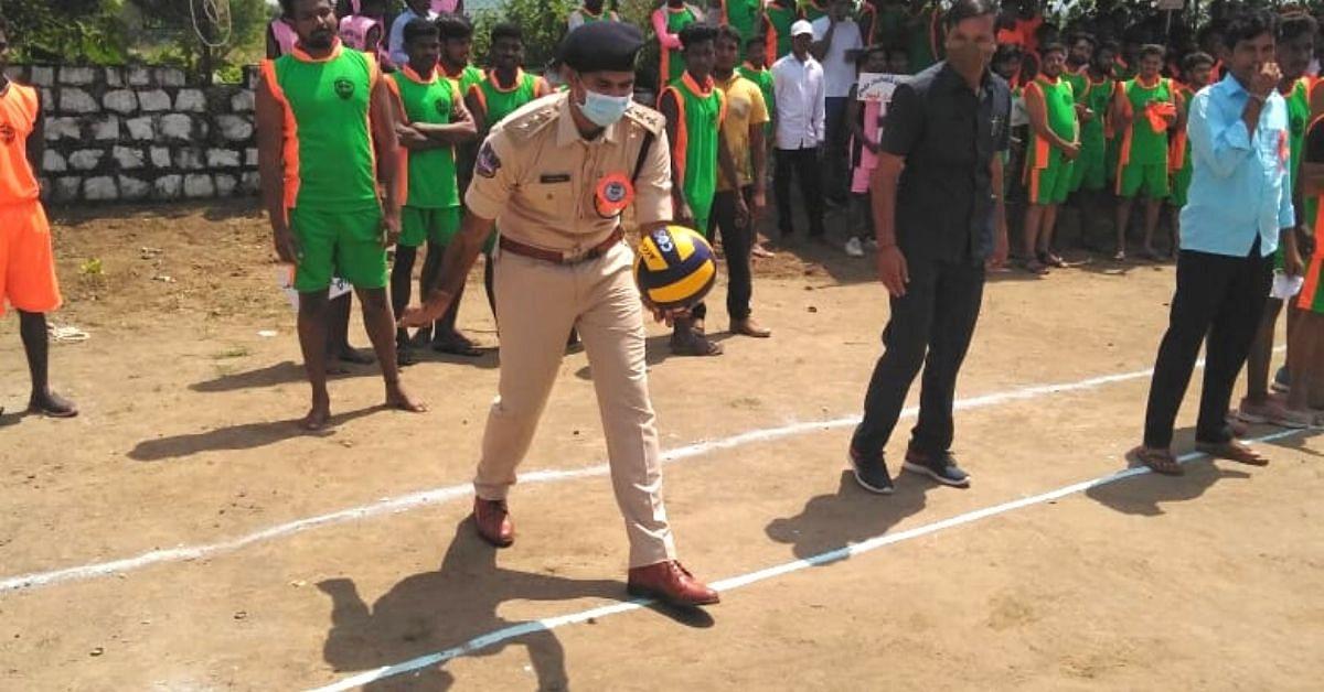 Policial de Telangana ajuda 300 idosos a obter tratamento para doenças oculares do próprio bolso 3
